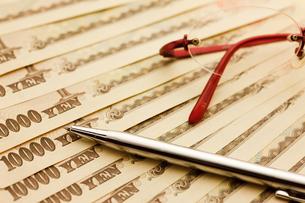1万円とメガネとペンの写真素材 [FYI00110189]