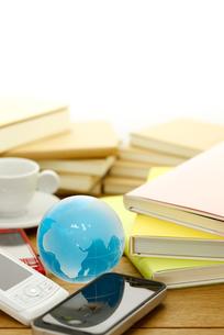 携帯と書籍の素材 [FYI00110190]