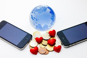 スマートフォンとお金の写真素材 [FYI00110192]