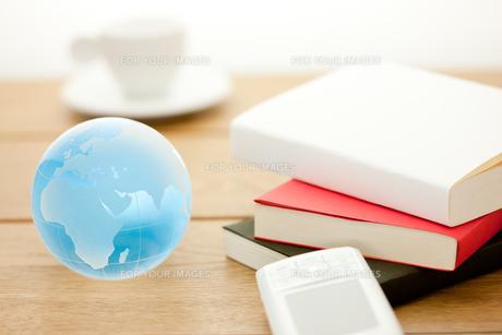携帯と書籍の素材 [FYI00110197]