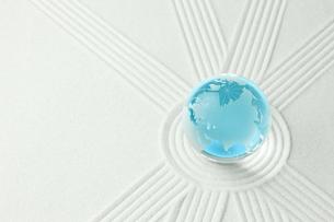 青く輝く地球と白砂の写真素材 [FYI00110198]