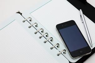 スマートフォンと手帳の写真素材 [FYI00110201]