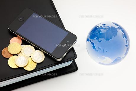 モバイルツールとお金の写真素材 [FYI00110202]