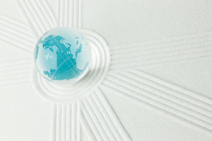 青い地球と白い砂紋の写真素材 [FYI00110207]