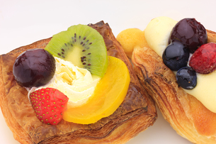 生クリームとフレッシュフルーツの焼き菓子の写真素材 [FYI00110222]