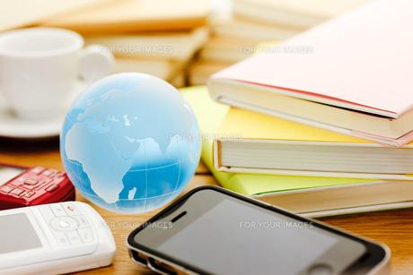 携帯と書籍の素材 [FYI00110229]