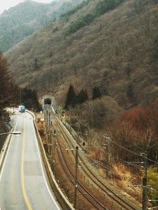 旧中山道本山宿〜贄川宿 中央西線の線路と国道19号線の写真素材 [FYI00110283]