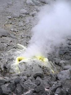 北海道大雪山旭岳の風景その6 小さな噴欠から噴出す煙の写真素材 [FYI00110316]