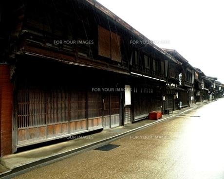 旧中山道奈良井宿 早朝の雨の町並みその4の写真素材 [FYI00110334]