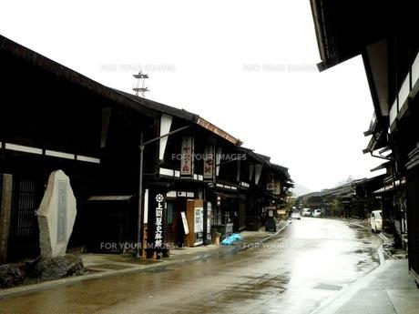 旧中山道奈良井宿 早朝の雨の町並みその3の写真素材 [FYI00110335]