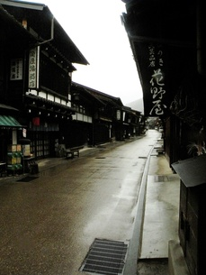 旧中山道奈良井宿 早朝の雨の町並みその2の写真素材 [FYI00110349]