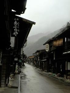旧中山道奈良井宿 早朝の雨の町並みその1の写真素材 [FYI00110351]