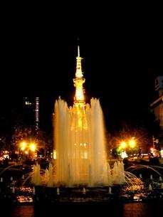 札幌大通り公園の夜景 テレビ塔と噴水の写真素材 [FYI00110357]