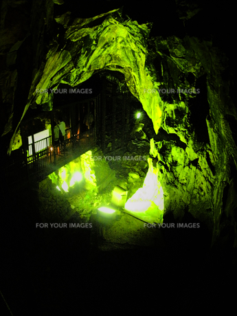 山形銀山温泉の町並みその2 銀山温泉銀鉱山洞窟跡内の写真素材 [FYI00110384]