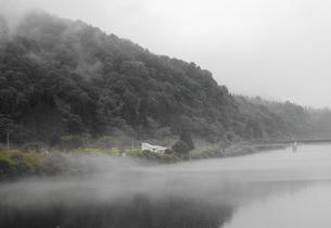 JR只見線の風景その2 朝霧の只見川(加工処理あり)の写真素材 [FYI00110394]
