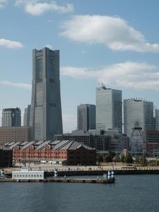 横浜みなとみらいの街並みその1  桟橋から見た風景の写真素材 [FYI00110399]