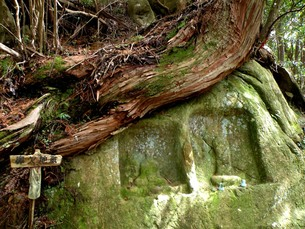 熊野古道の風景その13  熊野古道(湯峰古道)鼻穴地蔵の写真素材 [FYI00110419]