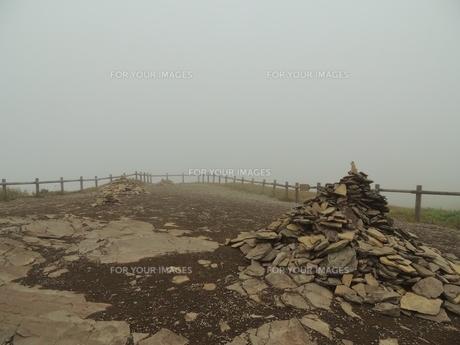 霧の美幌峠の素材 [FYI00110475]