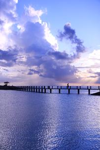 空と桟橋と海−癒しの夕刻の写真素材 [FYI00110616]