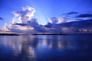 癒しの海−癒しの南−青い夕焼けの写真素材 [FYI00110625]
