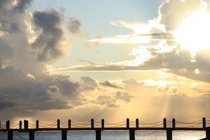 夕刻の桟橋−夕焼け雲の海の写真素材 [FYI00110627]