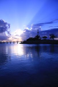 青き夕焼け−癒しと静寂と青い海の写真素材 [FYI00110636]