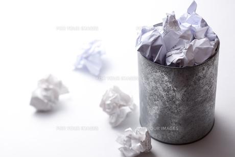 ゴミ箱からあふれる紙くずの写真素材 [FYI00110985]