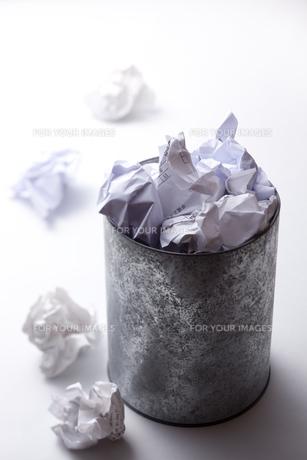ゴミ箱からあふれるゴミくずの写真素材 [FYI00110988]