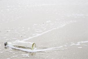 波打ち際のビンの写真素材 [FYI00111015]