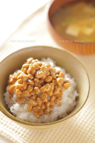 納豆ご飯とお味噌汁の写真素材 [FYI00111312]