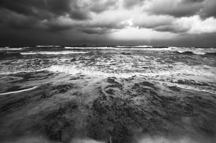 モノクロの砂浜 曇り空の写真素材 [FYI00111324]
