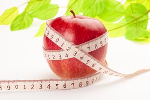 りんごとメジャーの写真素材 [FYI00111506]