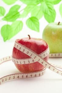 りんごとメジャーの写真素材 [FYI00111508]