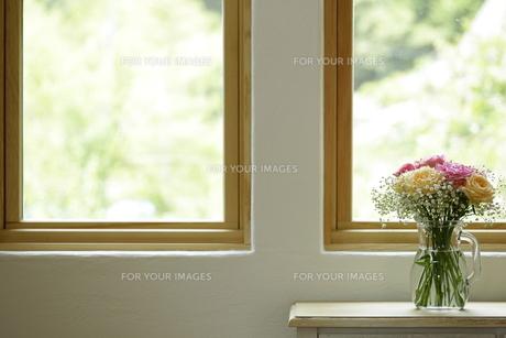窓辺のお花の素材 [FYI00111659]
