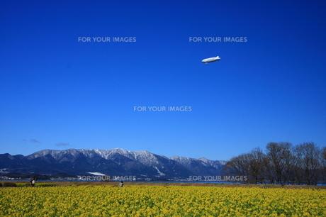 びわ湖上を行く飛行船の写真素材 [FYI00111695]