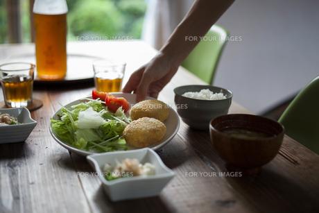 食卓の風景の写真素材 [FYI00111699]