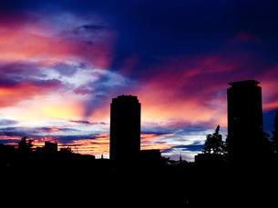 夕焼とビルのシルエットの素材 [FYI00111782]