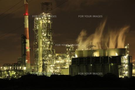 煙立つ夜のコンビナートの写真素材 [FYI00111871]