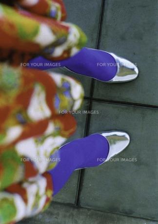 鮮やかなファッションの女性の足元の写真素材 [FYI00112173]