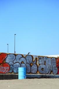 ドラム缶と青空の写真素材 [FYI00112191]
