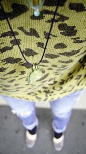 ブロークンデニムを履く女性の足元、ヒールの写真素材 [FYI00112221]