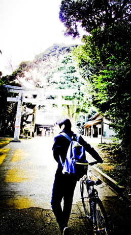 前を歩く恋人の写真素材 [FYI00112251]
