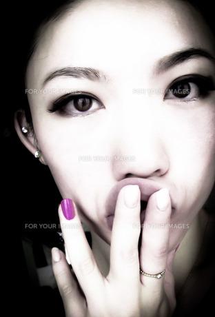 女性と唇とピンクのネイルの写真素材 [FYI00112286]