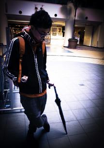 傘を持つ男性の写真素材 [FYI00112290]