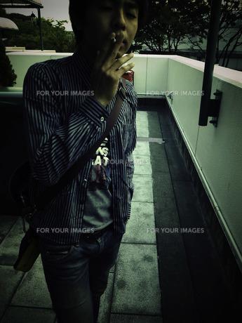煙草を吸う男性の写真素材 [FYI00112299]