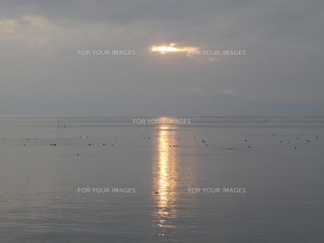 夕日の反射する湖面の写真素材 [FYI00112635]