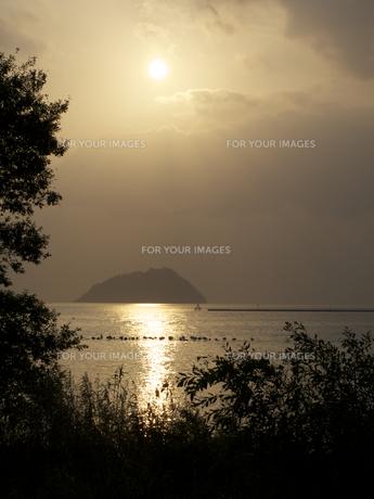 夕方の湖の写真素材 [FYI00112650]