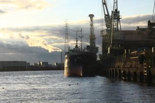 夕日と貨物船の写真素材 [FYI00112667]