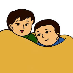 毛布に包まり身を寄せ合う小学生低学年くらいの男の子2人の写真素材 [FYI00112868]