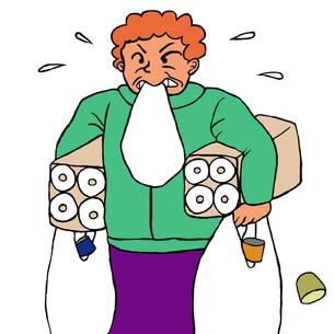 トイレットペーパーや缶詰、カップ麺などの袋を抱える50代くらいの女性の写真素材 [FYI00112874]